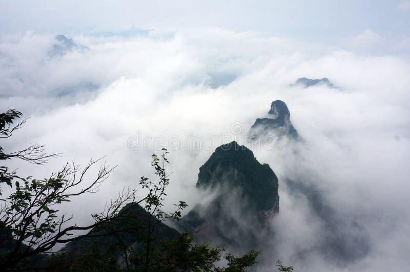 La montagna di Zhangjiajie Tianmen nella foschia immagine stock
