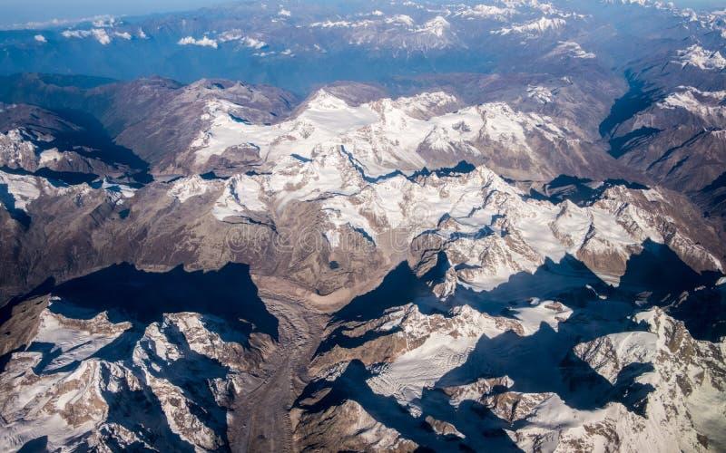 La montagna ed il cielo blu dell'Himalaya immagine stock
