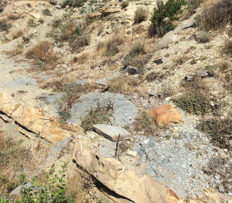 La montagna ha strutturato la parete rocciosa con la struttura di pietra stratificata scenica fotografie stock
