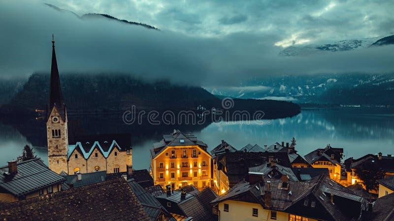 La montagna iconica completa vicino al lago in alpi fotografia stock libera da diritti