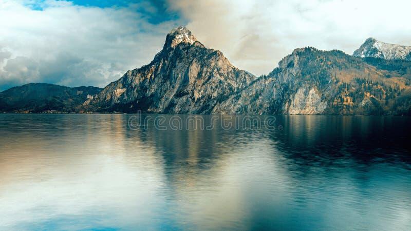La montagna iconica completa vicino al lago in Austria fotografia stock libera da diritti