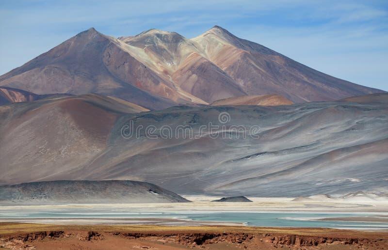 La montagna pittoresca di Cerro Medano con Salar de Talar Salt Lake nella priorità alta, deserto di Atacama, Cile fotografia stock