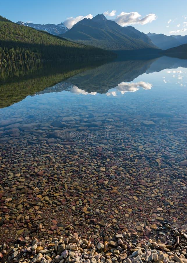 La montagna riflette alla metà di luce di mattina del lago bowman fotografie stock