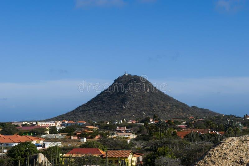La montagne célèbre Hooiberg situé dans Aruba photographie stock libre de droits