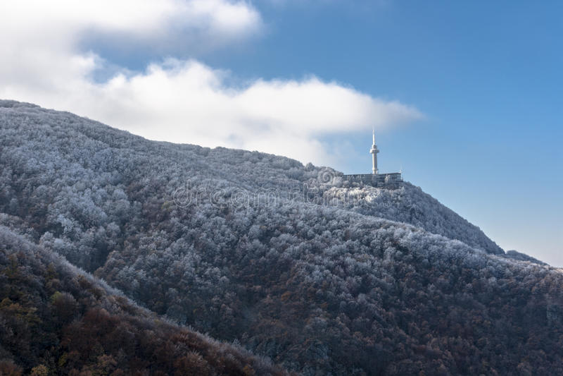 La montagne congelée et la tour de TV/Radio photographie stock libre de droits
