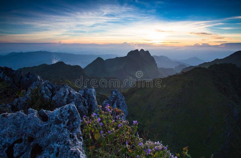 La montagne dans le coucher du soleil image stock