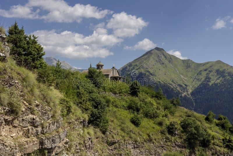 La montagne majestueuse et une petite église sur une région de jour ensoleillé photos libres de droits