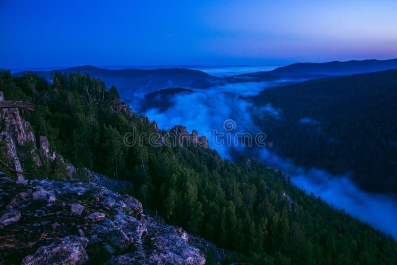La montagne rêve, paysage scénique avec la brume au matin d'été, Russie, Ural image stock