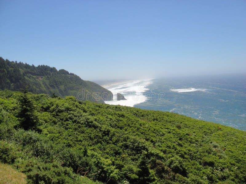 La montagne rencontre l'océan image libre de droits