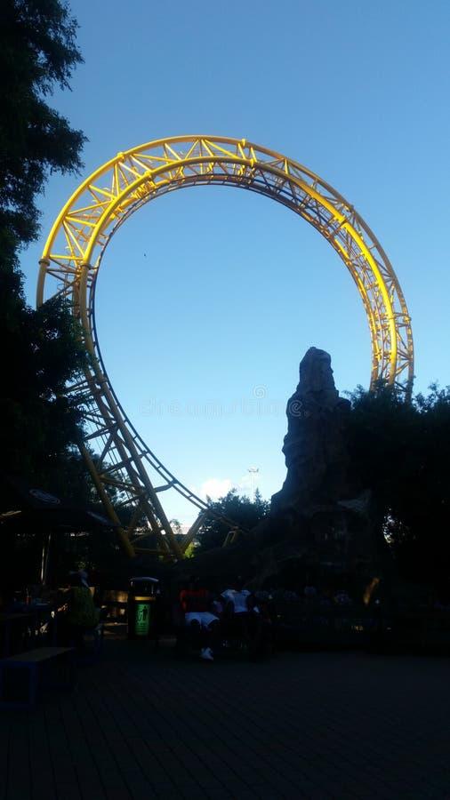 La montagne russe d'or de boucle photos libres de droits