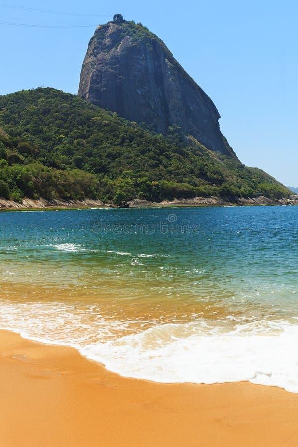 La montagne Sugarloaf et vident la mer bleue de plage rouge, Rio de Janeiro, photo stock
