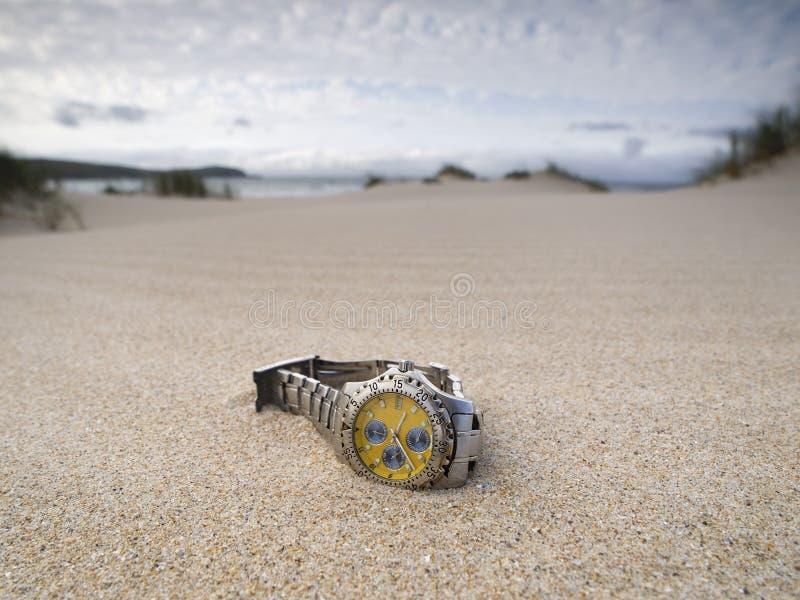 La montre a détruit sur la plage image stock