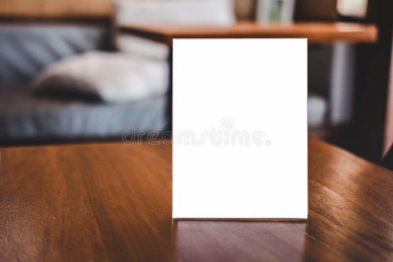 La moquerie vers le haut du calibre acrylique de modèle d'affiches de cadre forme le fond, cadre vide de menu sur la table dans l photographie stock libre de droits