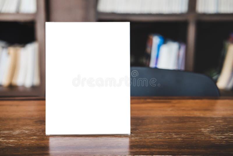 La moquerie vers le haut du calibre acrylique de modèle d'affiches de cadre forme le fond, cadre vide de menu sur la table dans l photos libres de droits