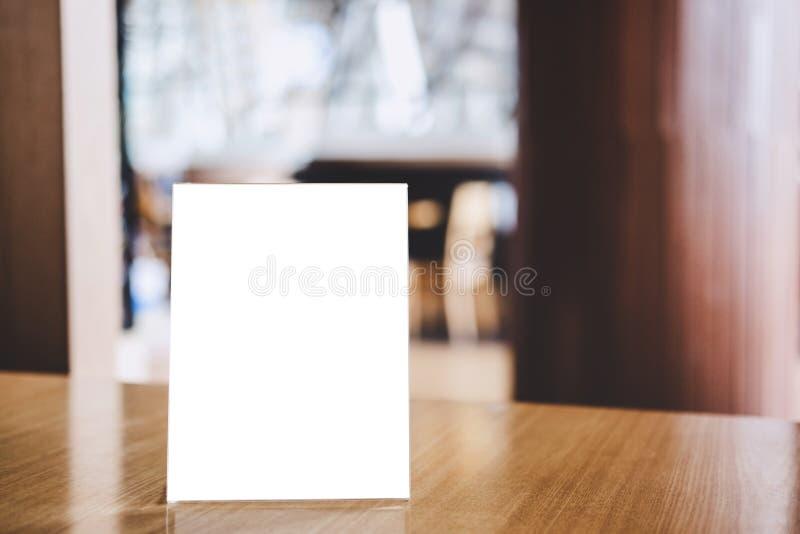 La moquerie vers le haut du calibre acrylique de modèle d'affiches de cadre forme le fond, cadre vide de menu sur la table dans l images stock