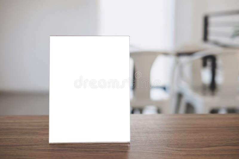 La moquerie vers le haut du calibre acrylique de modèle d'affiches de cadre forme le fond, cadre vide de menu sur la table dans l photo stock