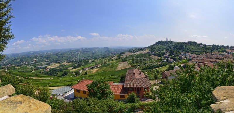 La Morra, La Morra, Cuneo, Piemonte, Italia Luglio 2018 Nel territorio del Langhe, la La Morra è un villaggio sopra un hilvillage fotografie stock