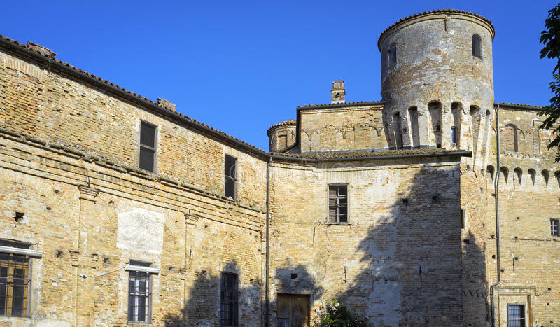 La Morra-Schloss, Langhe Mutter mit zwei Töchtern lizenzfreie stockbilder
