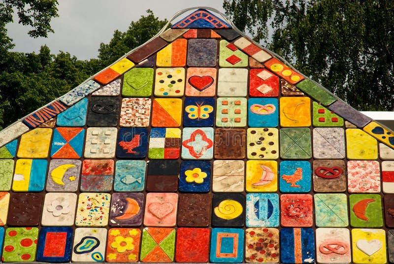 La mosaïque a couvert de tuiles le toit avec les illustrations colorées photo stock