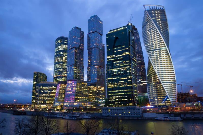 La Mosca-città complessa moderna, notte di cloudi ad aprile mosca immagini stock libere da diritti
