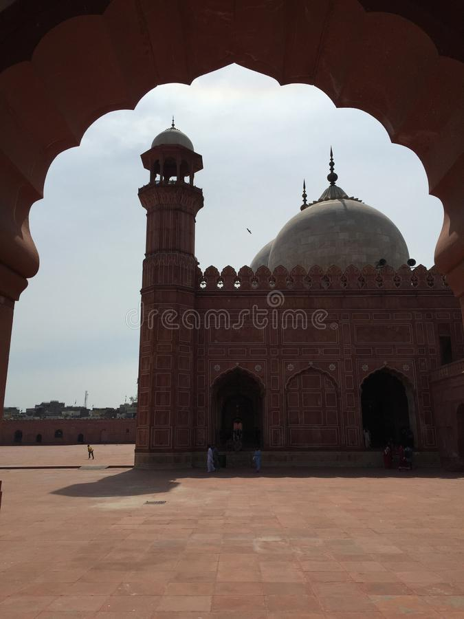 La moschea di Badshahi attraverso la porta laterale fotografia stock libera da diritti