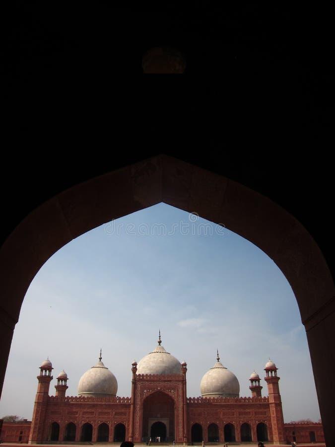 La moschea di Badshahi tramite il portone concentrare fotografia stock