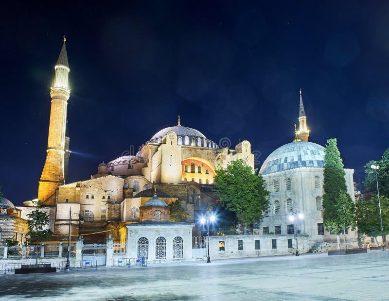 La moschea di Hagia Sophia alla notte con chiarori nel cielo Costantinopoli, Turchia immagini stock libere da diritti