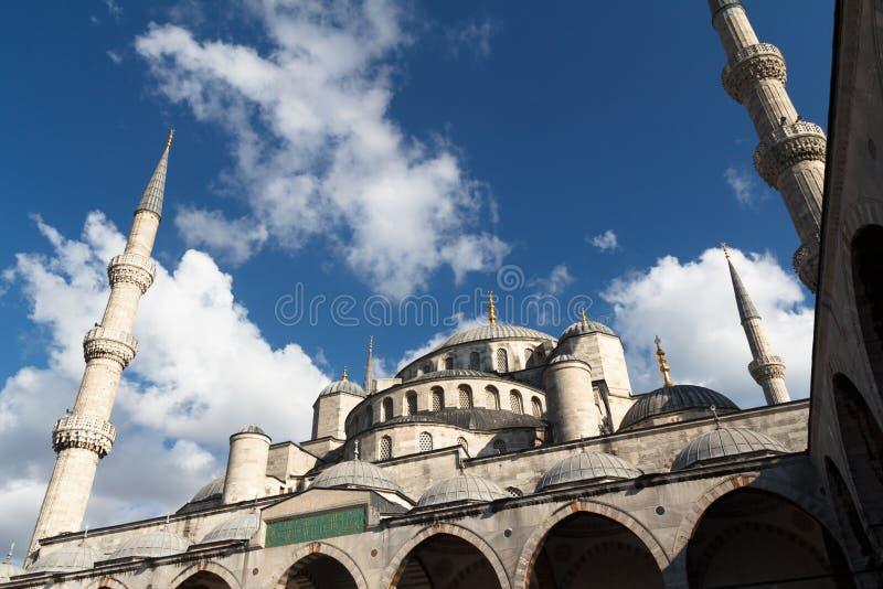 La mosquée bleue et le ciel bleu image stock