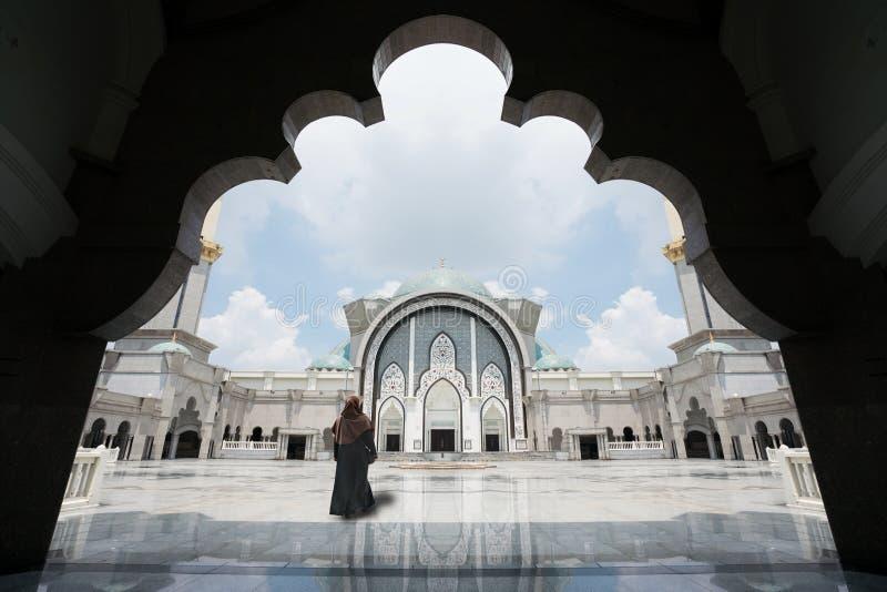 La mosquée de la Malaisie avec des musulmans prient en Malaisie, le malaysian féminin m photo stock