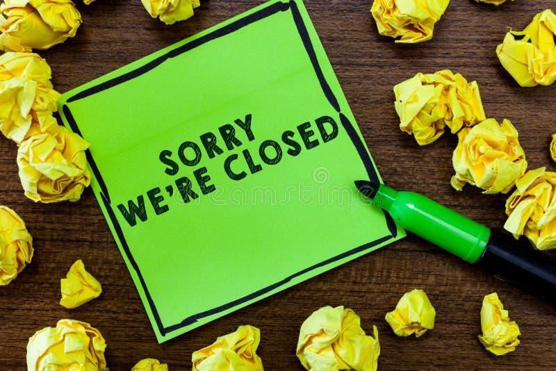 La mostra del segno del testo spiacente con riferimento a siamo chiusi Espressione concettuale della foto del segno non aperto di fotografie stock