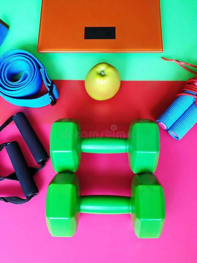 La motivation saine de la vie de la vie de sport d'équipement d'exercice d'extenseur de Hantees de formation de forme physique de photos stock