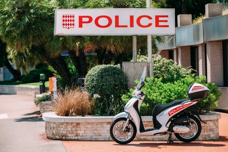 La moto de Honda se coloca cerca de la división de policía urbana fotografía de archivo libre de regalías