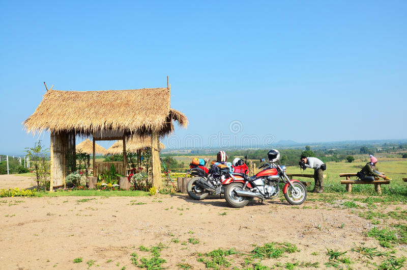 La moto et le Chopper Motorcycle de sport d'arrêt de voyageur pour le repos au point de vue interdisent Kha photos stock