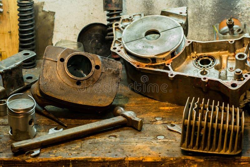 La moto partie sur le bureau dans le garage image stock