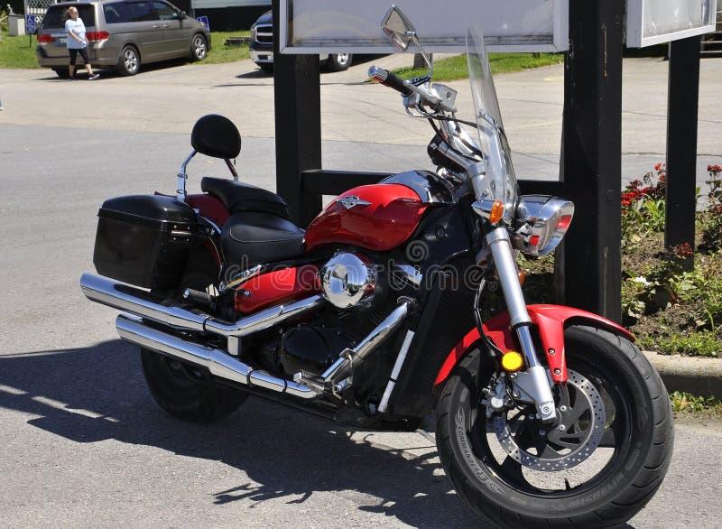 La moto rouge de Harley Davidson s'est garée dans Rockport de province d'Ontario dans le Canada photos libres de droits