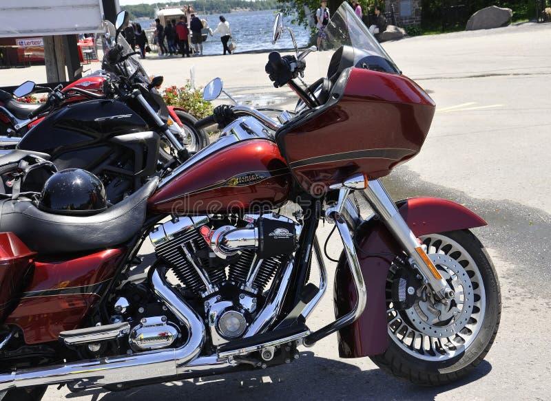 La moto rouge de Harley Davidson s'est garée dans Rockport de province d'Ontario dans le Canada images libres de droits