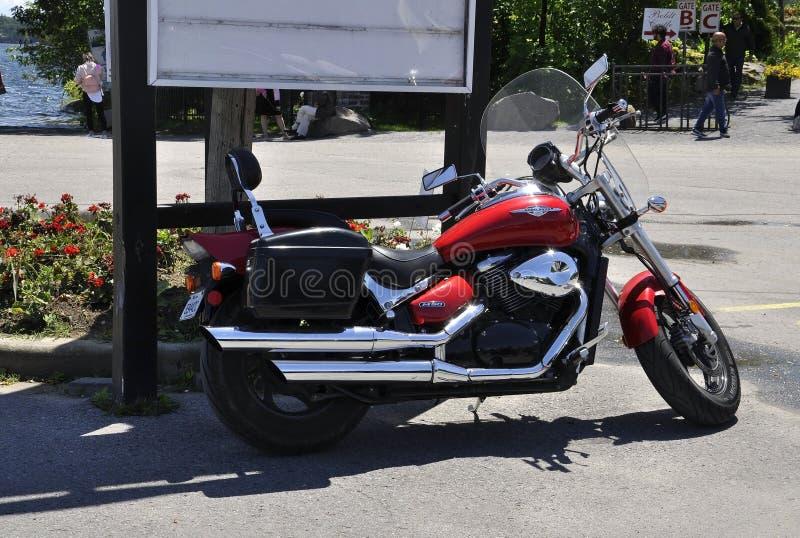 La moto rouge de Harley Davidson s'est garée dans Rockport de province d'Ontario dans le Canada photos stock
