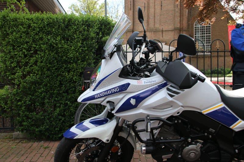 La motocicleta del oficial de la aplicación del municipio de Zuidplas en los Países Bajos parqueó en Zevenhuizen fotografía de archivo