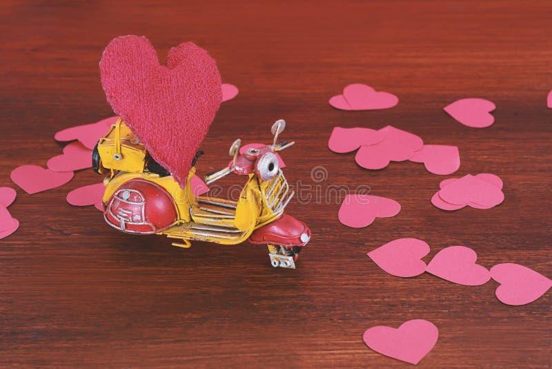 La motocyclette de vintage portent un coeur rouge de coussin image libre de droits
