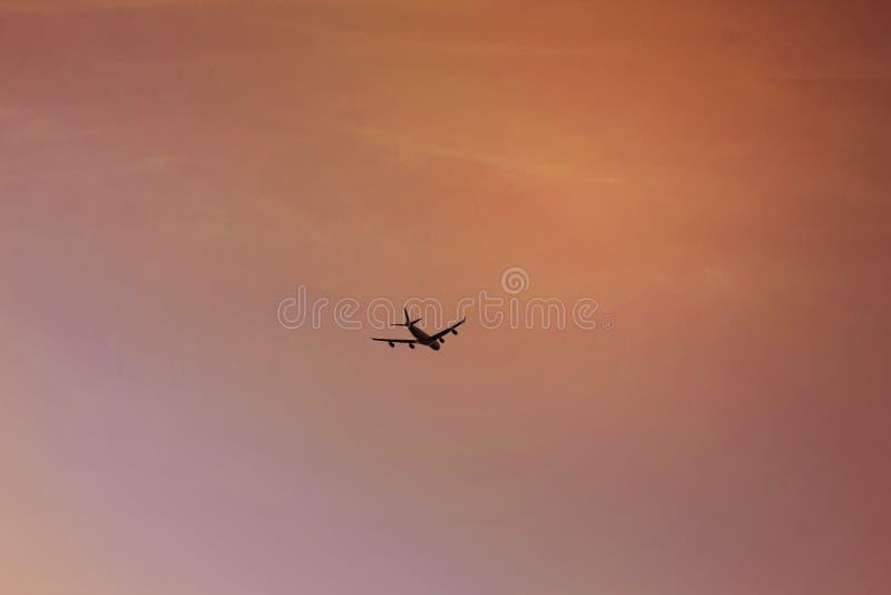 La mouche de voyage de vol sur la carte de ciel et du monde pour la citoyenneté de déplacement aèrent sur autour le monde concept images libres de droits