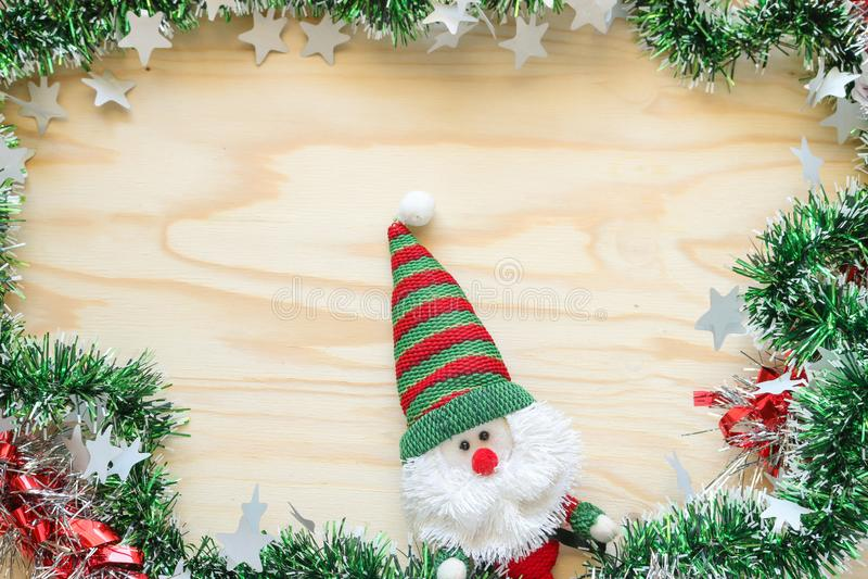 La muñeca de Papá Noel y adorna para la Navidad fotografía de archivo libre de regalías