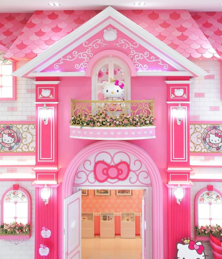 La muñeca gigante de la felpa del Hello Kitty está dentro de su palacio rosado en Hello Kitty en Jeju imagen de archivo