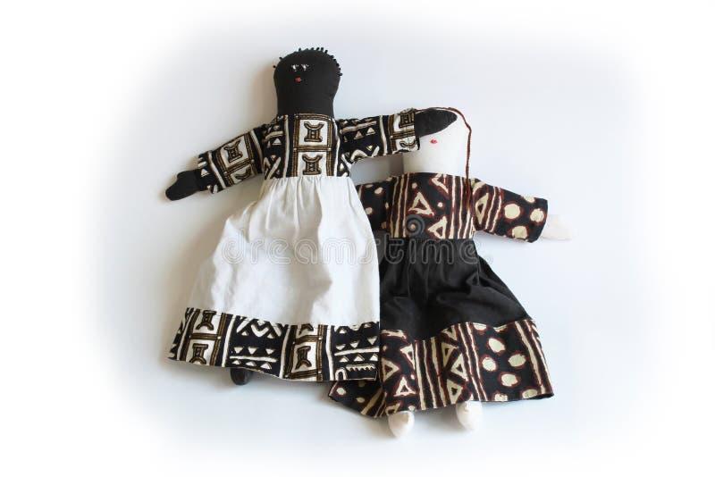 La muñeca negra con entrega los ojos de la muñeca blanca, injusticia del concepto, desigualdad, privilegio fotografía de archivo libre de regalías