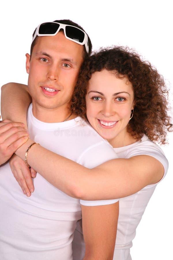 La muchacha abraza al hombre joven foto de archivo