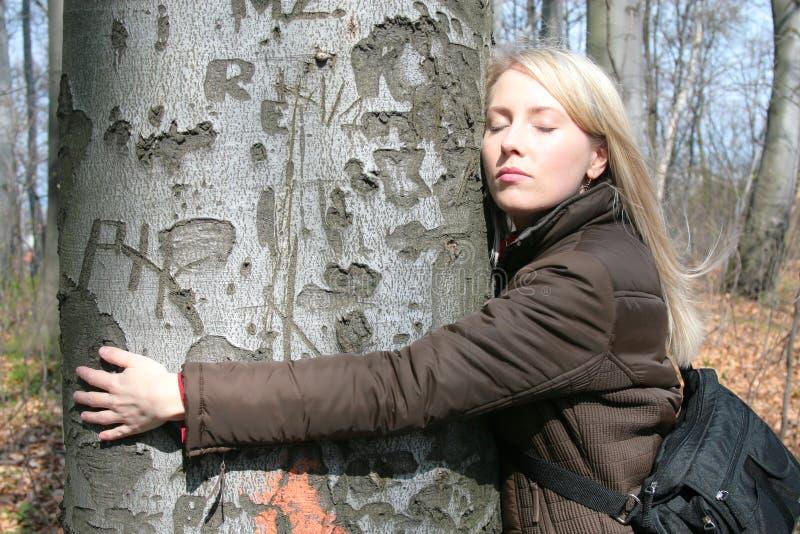 La muchacha abraza el árbol imagen de archivo libre de regalías