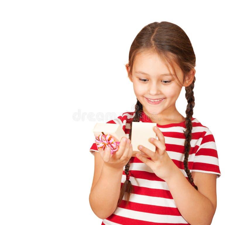 La muchacha abre una caja foto de archivo libre de regalías