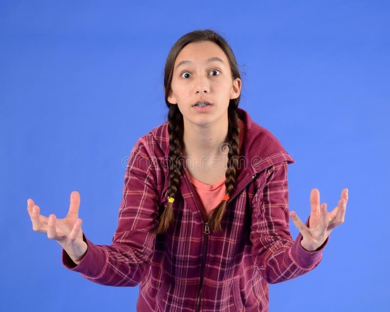 La muchacha adolescente frustrada con las trenzas con reparte imagen de archivo