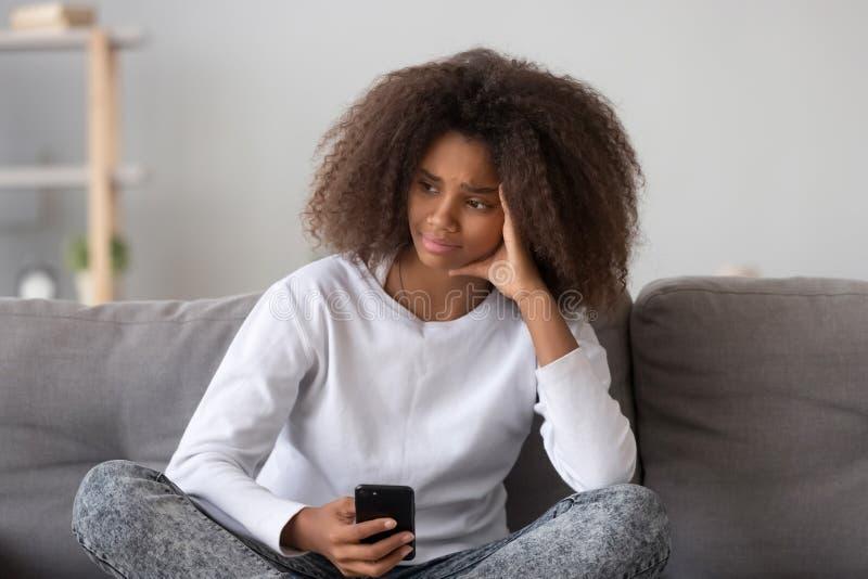 La muchacha adolescente frustrada de la raza mixta recibió el mensaje desagradable fotografía de archivo