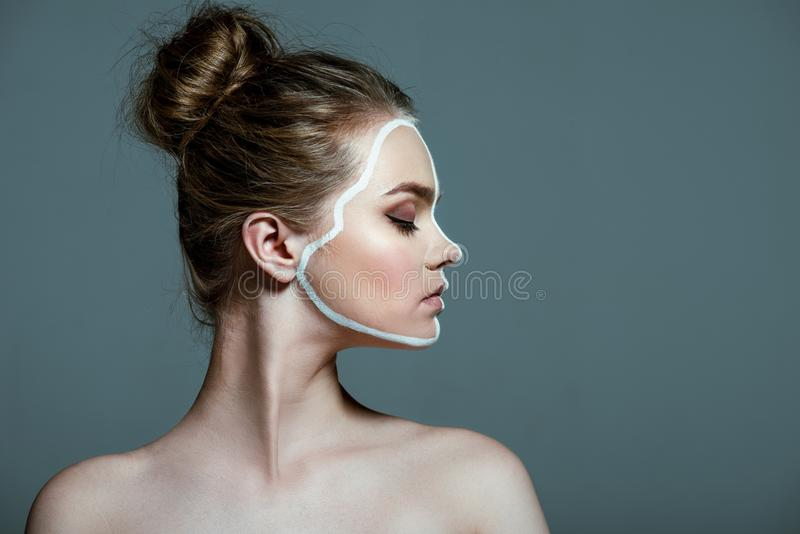 la muchacha adolescente hermosa joven con los ojos cerrados y el arte de cuerpo blanco creativo alinean en cara, imágenes de archivo libres de regalías
