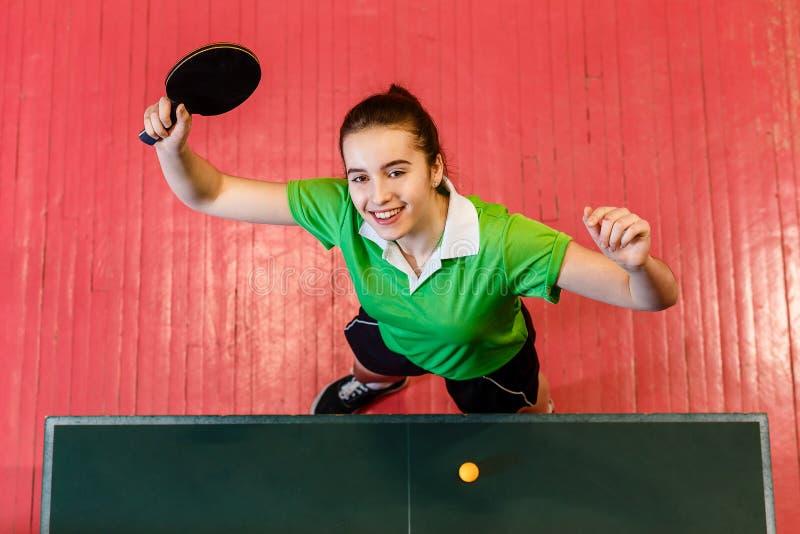 La muchacha adolescente juega a ping-pong fotos de archivo
